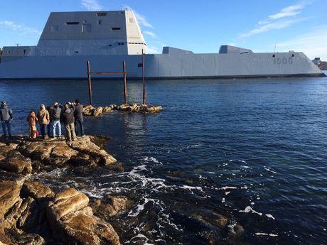Chiem nguong uy luc 'khung' tau khu truc USS Zumwalt My vua chinh thuc hoat dong - Anh 3
