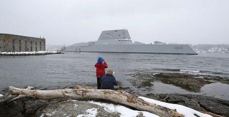 Chiem nguong uy luc 'khung' tau khu truc USS Zumwalt My vua chinh thuc hoat dong - Anh 4