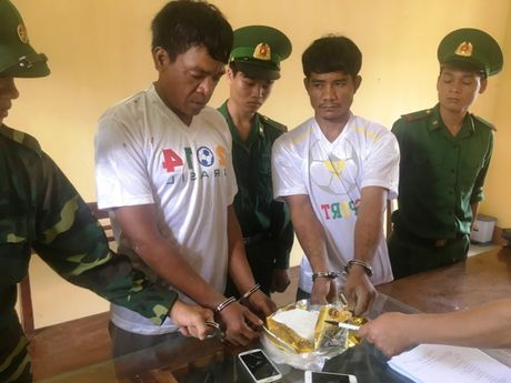 Gia Lai: Bat giu hai doi tuong nguoi Campuchia van chuyen ma tuy da - Anh 1