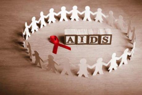 Bao dong tai gia tang tre lay nhiem HIV tu me - Anh 1
