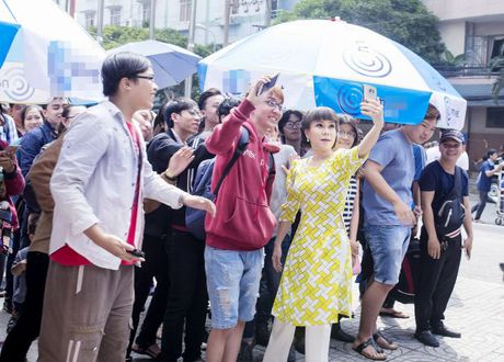 Hang ngan sinh vien khong ngai nang nong xep hang de co chu ky Viet Huong - Anh 1