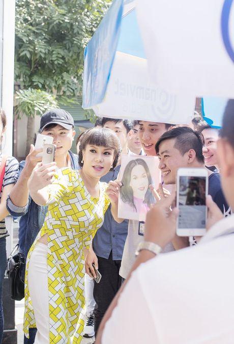 Hang ngan sinh vien khong ngai nang nong xep hang de co chu ky Viet Huong - Anh 2