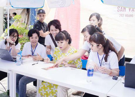 Hang ngan sinh vien khong ngai nang nong xep hang de co chu ky Viet Huong - Anh 3