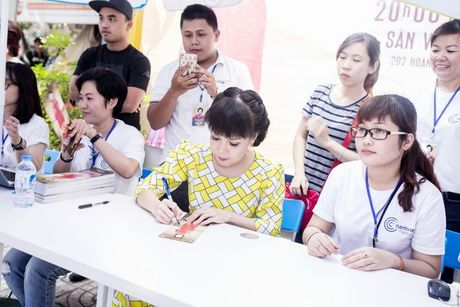 Hang ngan sinh vien khong ngai nang nong xep hang de co chu ky Viet Huong - Anh 4