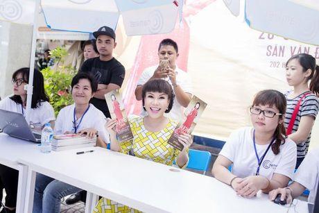 Hang ngan sinh vien khong ngai nang nong xep hang de co chu ky Viet Huong - Anh 5
