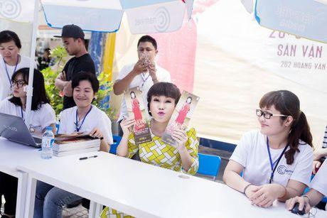 Hang ngan sinh vien khong ngai nang nong xep hang de co chu ky Viet Huong - Anh 6