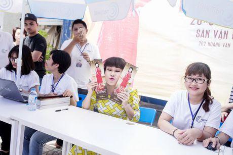 Hang ngan sinh vien khong ngai nang nong xep hang de co chu ky Viet Huong - Anh 7