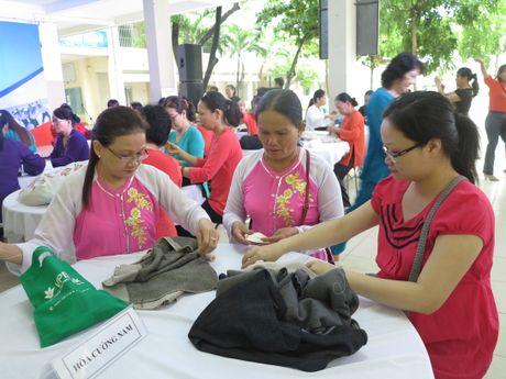 Phu nu dan ao len tang chien si o Truong Sa - Anh 1