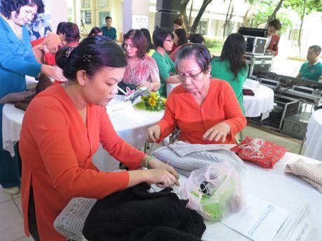 Phu nu dan ao len tang chien si o Truong Sa - Anh 2