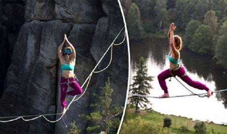 Tap Yoga tren day giua vuc nui sau hun hut - Anh 1