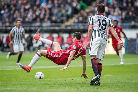 Mueller do mau, Bayern hoa tran thu hai lien tiep - Anh 12