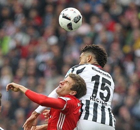 Mueller do mau, Bayern hoa tran thu hai lien tiep - Anh 15