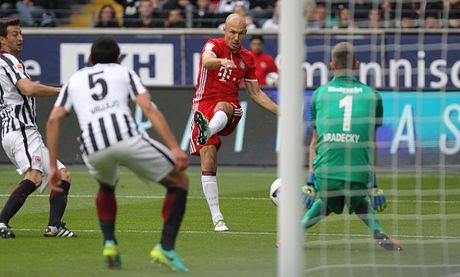 Mueller do mau, Bayern hoa tran thu hai lien tiep - Anh 1