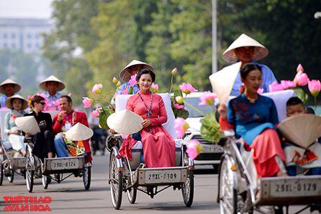 Nghe si gao coi, nguoi dep dap xe dieu hanh tren duong pho Ha Noi - Anh 1
