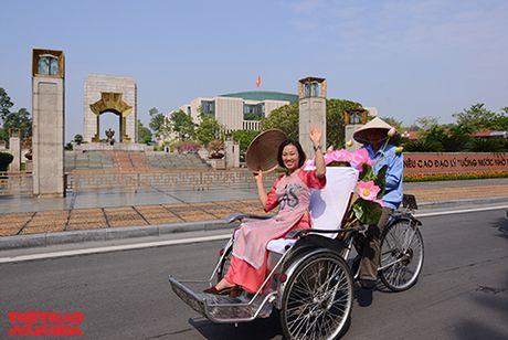Nghe si gao coi, nguoi dep dap xe dieu hanh tren duong pho Ha Noi - Anh 5
