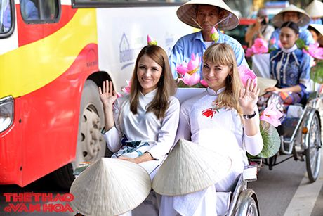Nghe si gao coi, nguoi dep dap xe dieu hanh tren duong pho Ha Noi - Anh 6