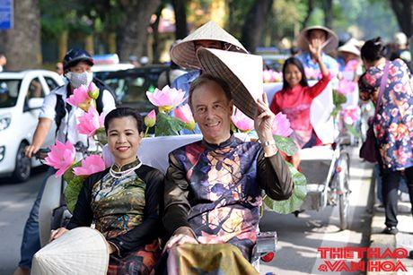 Nghe si gao coi, nguoi dep dap xe dieu hanh tren duong pho Ha Noi - Anh 8