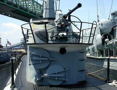 Tham quan phan tren tau ngam Lionfish SS-298 cua hai quan My - Anh 10