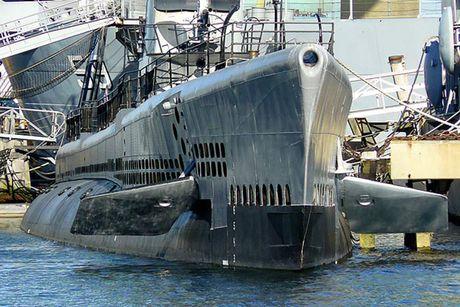 Tham quan phan tren tau ngam Lionfish SS-298 cua hai quan My - Anh 2