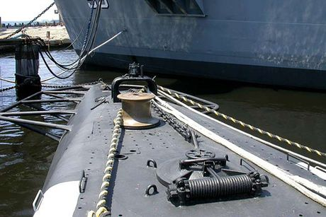 Tham quan phan tren tau ngam Lionfish SS-298 cua hai quan My - Anh 7