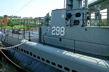 Tham quan phan tren tau ngam Lionfish SS-298 cua hai quan My - Anh 8