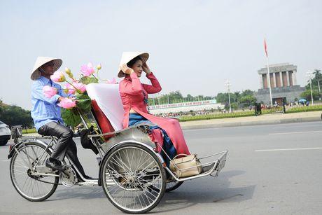 Thieu nu duyen dang dieu hanh ao dai tren duong pho Ha Noi - Anh 11