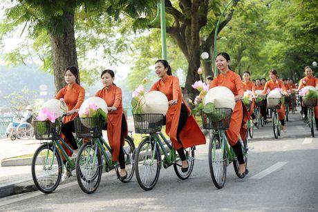 Thieu nu duyen dang dieu hanh ao dai tren duong pho Ha Noi - Anh 1