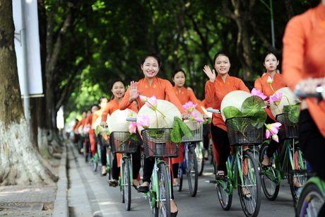 Thieu nu duyen dang dieu hanh ao dai tren duong pho Ha Noi - Anh 2
