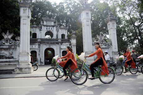 Thieu nu duyen dang dieu hanh ao dai tren duong pho Ha Noi - Anh 3