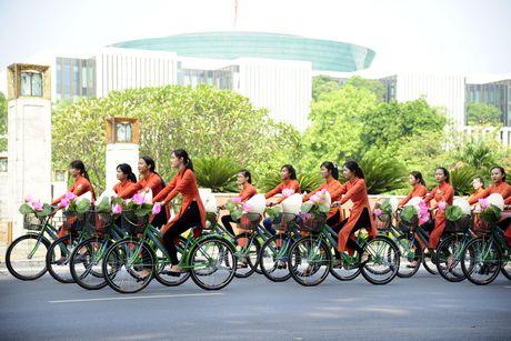 Thieu nu duyen dang dieu hanh ao dai tren duong pho Ha Noi - Anh 4