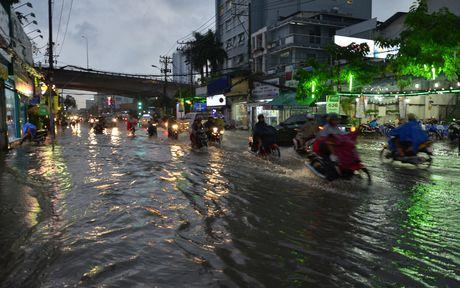 Hinh anh: Nguoi dan TP HCM lai khon kho voi mua lon, trieu cuong - Anh 11