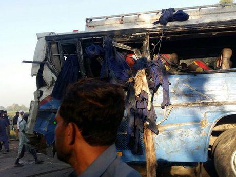 Pakistan: Tai nan giao thong nghiem trong, 80 nguoi thuong vong - Anh 1