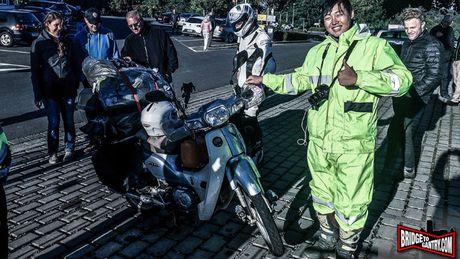 'Thanh phuot' chay Honda Super Cub vuot 18.000 km toi chau Au - Anh 1