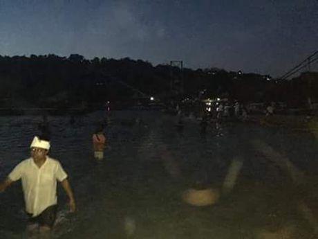 Hien truong vu sap cau treo o Indonesia, hang chuc nguoi thuong vong - Anh 4