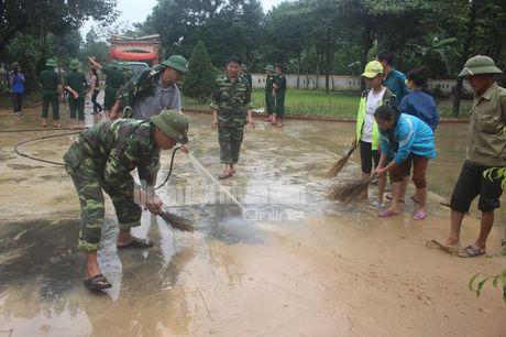 Theo chan bo doi Viet Nam cuu dan vung lu lut - Anh 4