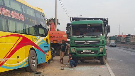 Quang Ninh: Xe khach giuong nam hu hong sau va cham xe tai - Anh 1