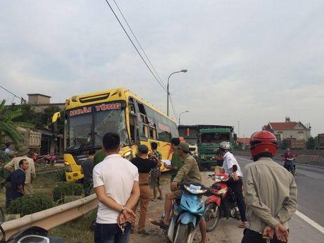 Quang Ninh: Xe khach giuong nam hu hong sau va cham xe tai - Anh 6