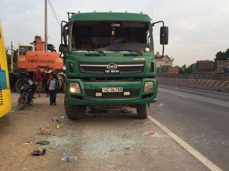 Quang Ninh: Xe khach giuong nam hu hong sau va cham xe tai - Anh 7