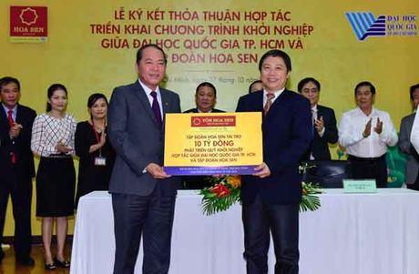 Tap doan Hoa Sen trao 10,5 ty dong cho quy khoi nghiep DHQG TP.HCM - Anh 1