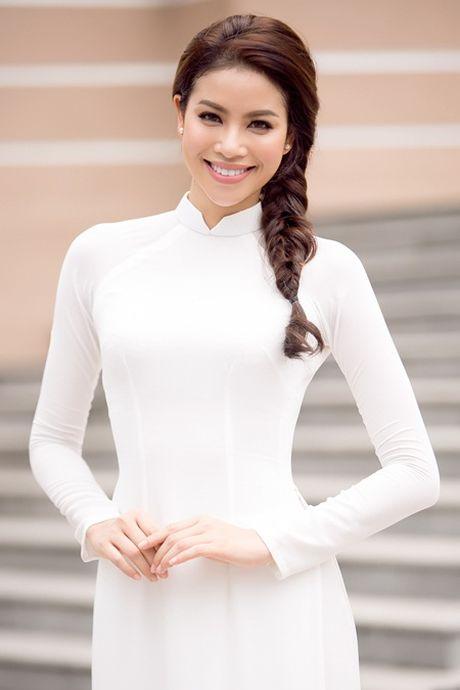 Pham Huong dien ao dai trang ve truong tang 100 suat hoc bong cho sinh vien - Anh 1
