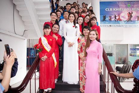 Pham Huong dien ao dai trang ve truong tang 100 suat hoc bong cho sinh vien - Anh 2