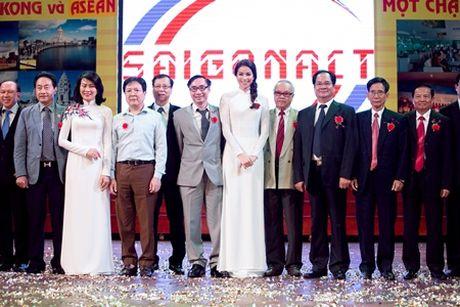 Pham Huong dien ao dai trang ve truong tang 100 suat hoc bong cho sinh vien - Anh 3