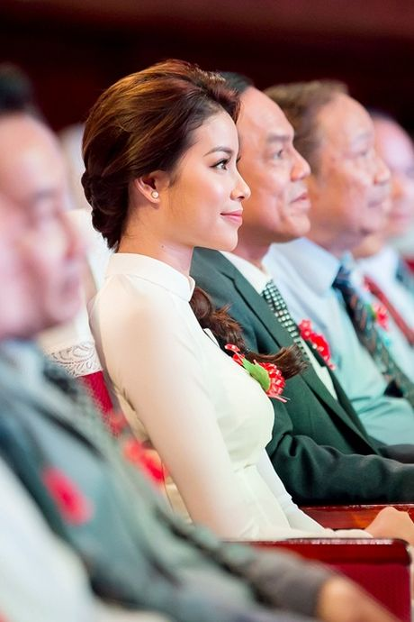 Pham Huong dien ao dai trang ve truong tang 100 suat hoc bong cho sinh vien - Anh 4