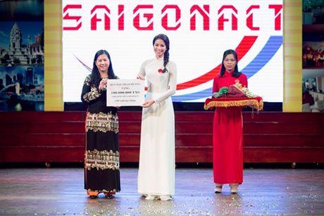 Pham Huong dien ao dai trang ve truong tang 100 suat hoc bong cho sinh vien - Anh 5