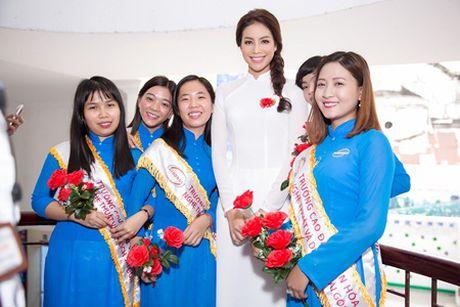 Pham Huong dien ao dai trang ve truong tang 100 suat hoc bong cho sinh vien - Anh 6