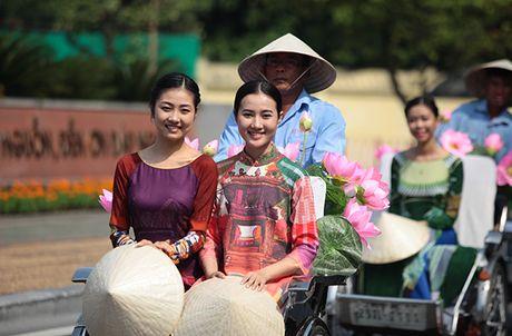 Bat ngo gap hang tram thieu nu mac ao dai truyen thong tren pho Ha Noi - Anh 10