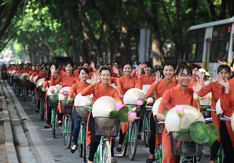 Bat ngo gap hang tram thieu nu mac ao dai truyen thong tren pho Ha Noi - Anh 1