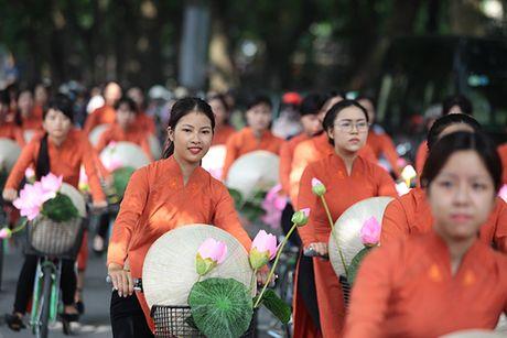 Bat ngo gap hang tram thieu nu mac ao dai truyen thong tren pho Ha Noi - Anh 2