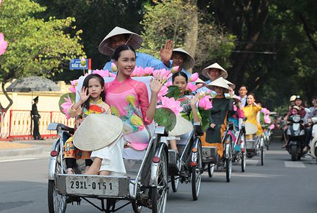 Bat ngo gap hang tram thieu nu mac ao dai truyen thong tren pho Ha Noi - Anh 4