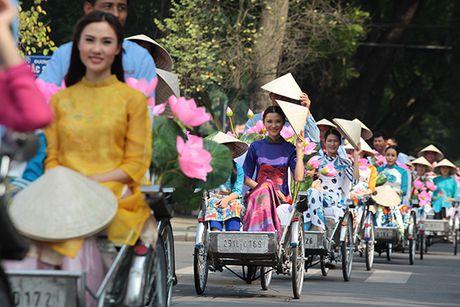 Bat ngo gap hang tram thieu nu mac ao dai truyen thong tren pho Ha Noi - Anh 5
